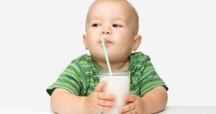 Trẻ nhỏ uống sữa đậu nành thay cho sữa bò được không?