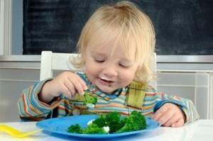 trẻ em ăn rau củ