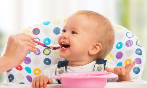 Khi trẻ bắt đầu ăn dặm thì lượng sữa mẹ trẻ cần cho một ngày 24 giờ là bao nhiêu?