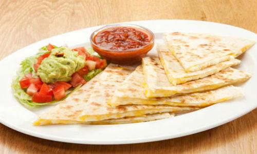 Bánh Quesadilla ăn với sốt salsa