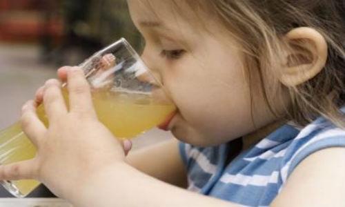 Uống_quá_nhiều_nước_ép_trái_cây_có_khiến_trẻ_bị_tiêu_chảy